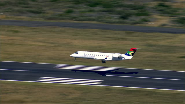 vidéos et rushes de commercial airliner landing on runway - atterrir