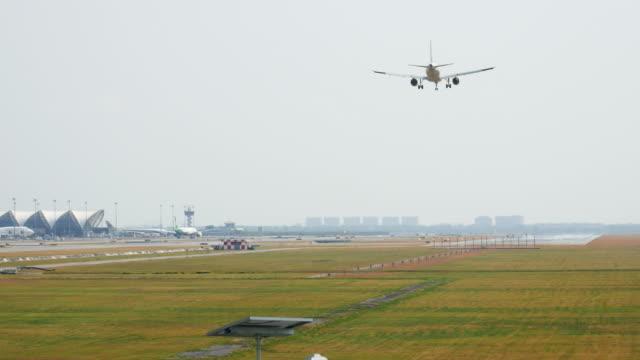 vidéos et rushes de commerciale avion atterrissant sur les pistes de l'aéroport, à 4 km (uhd - kérosène