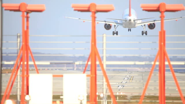 passagierflugzeug landung - landen stock-videos und b-roll-filmmaterial