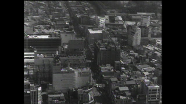 commercial buildings surround shinjuku station in downtown tokyo. - 百貨店点の映像素材/bロール