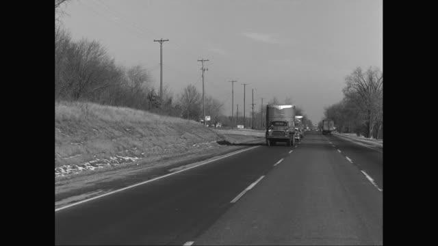 vídeos y material grabado en eventos de stock de ws pov commercial cars and trucks moving on street / united states - poste telegráfico