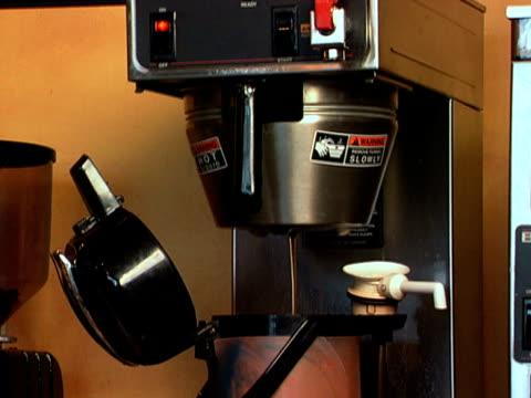 commerciale caffè brewer - bricco per il caffè video stock e b–roll