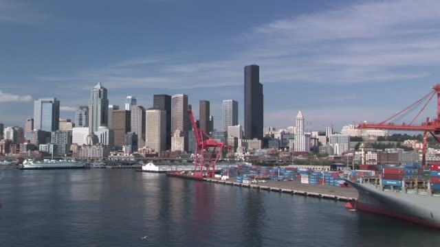 ws, ha, commercial dock and city skyline, seattle, washington, usa - nordpazifik stock-videos und b-roll-filmmaterial