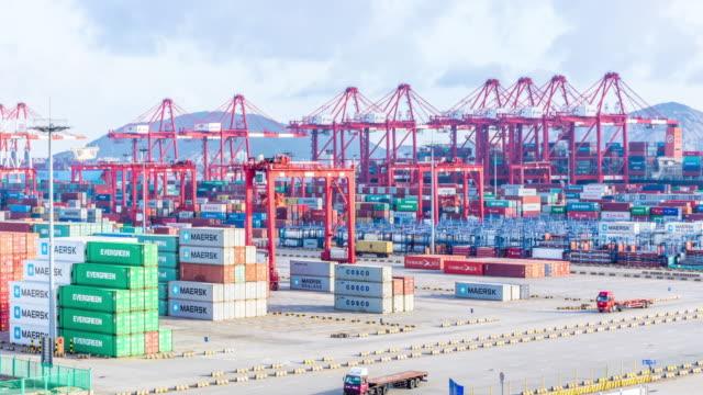 Darsena Cargo con contenitori di Shanghai nel cielo nuvola. Intervallo di tempo 4 k