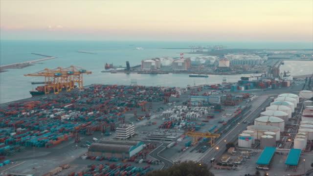 vídeos de stock e filmes b-roll de commercial dock with containers and cranes (fast motion) - porto de barcelona