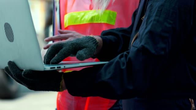 ラップトップを使用した商用ドック労働者 - ポートワイン点の映像素材/bロール