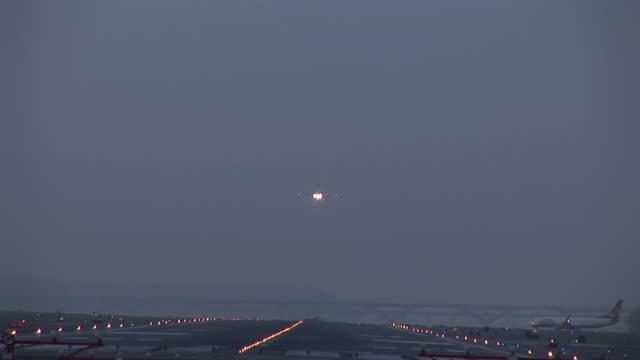 ws, commercial jet landing at dusk, ronald reagan washington national airport, washington dc, washington, usa - flughafen washington ronald reagan national stock-videos und b-roll-filmmaterial