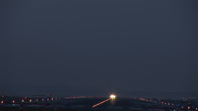ws, commercial jet taking off at dusk, ronald reagan washington national airport, washington dc, washington, usa - ronald reagan washington national airport stock videos and b-roll footage