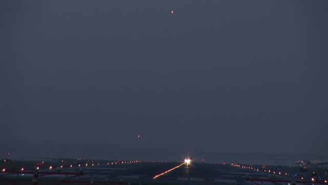 vidéos et rushes de ws, commercial jet taking off at dusk, ronald reagan washington national airport, washington dc, washington, usa - aéroport ronald reagan