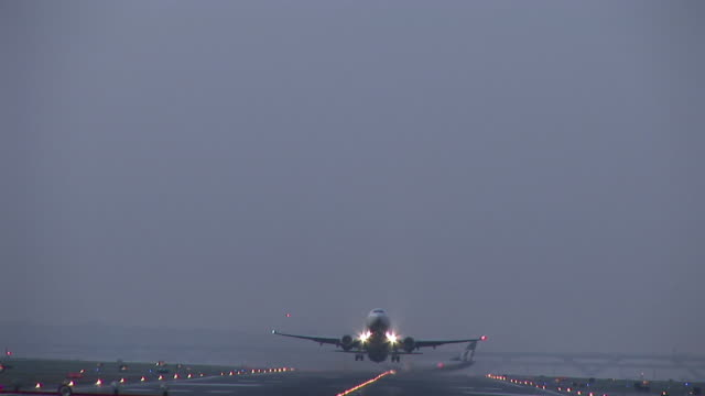 WS, Commercial jet taking off at dusk, Ronald Reagan Washington National Airport, Washington DC, Washington, USA