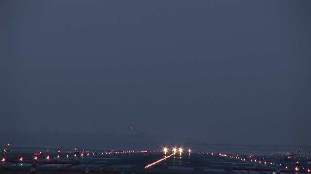 ws, commercial jet taking off at dusk, ronald reagan washington national airport, washington dc, washington, usa - flughafen washington ronald reagan national stock-videos und b-roll-filmmaterial