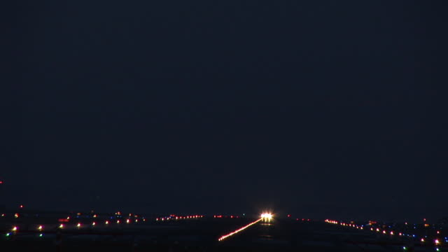 vidéos et rushes de ws, commercial jet taking off at night, ronald reagan washington national airport, washington dc, washington, usa - aéroport ronald reagan
