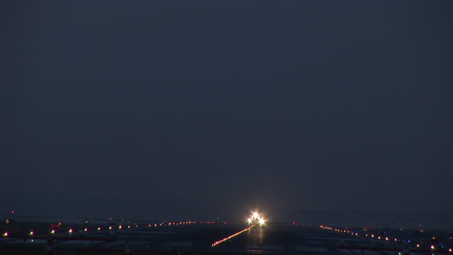 ws, commercial jet taking off at night, ronald reagan washington national airport, washington dc, washington, usa - ronald reagan washington national airport stock videos and b-roll footage