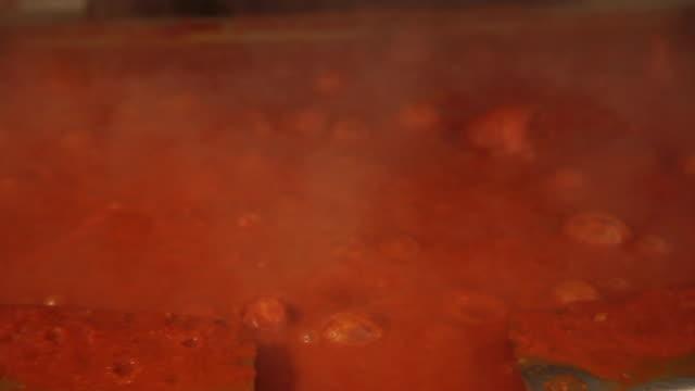 vídeos y material grabado en eventos de stock de preparación de alimentos de cocina comercial - hacer sopa - hervir