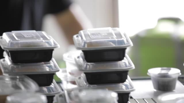 vidéos et rushes de la préparation des aliments cuisine commerciale - emballage plats cuisinés - cantine