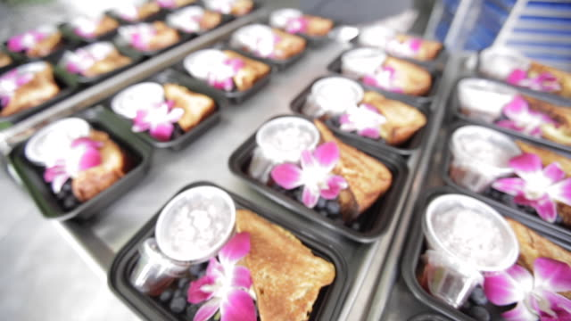 業務用厨房調理・食事を準備 - インスタント食品点の映像素材/bロール