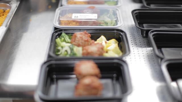 vídeos de stock e filmes b-roll de commercial kitchen food preparation - prepared meals - merenda escolar