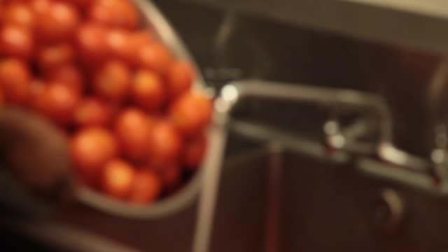 vídeos de stock, filmes e b-roll de preparação de alimento comercial da cozinha-processando tomates - tomato