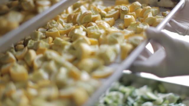 vídeos de stock e filmes b-roll de commercial kitchen food preparation - yellow squash - merenda escolar