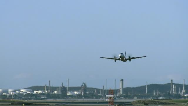 la ws commercial prop plane taking off at kingsford smith airport/ sydney, australia - propeller bildbanksvideor och videomaterial från bakom kulisserna