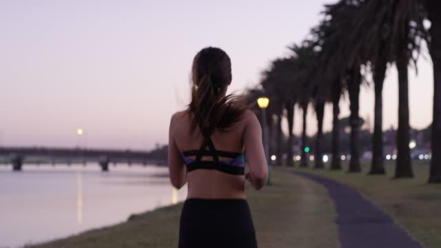 vídeos de stock, filmes e b-roll de comprometer-se a exercer para uma vida mais longa - vista traseira