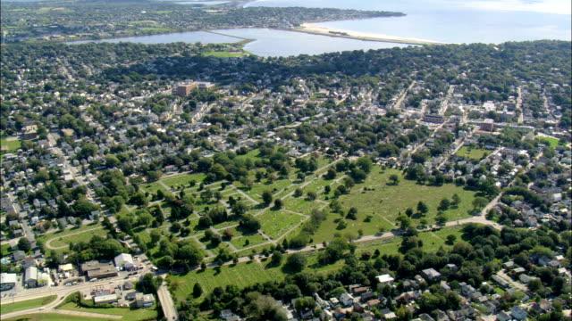 vidéos et rushes de commun cimetière vue aérienne, dans le rhode island, dans le comté de newport, états-unis - rhode island