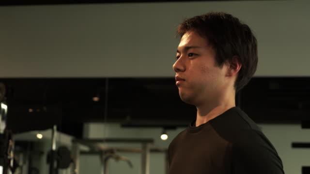 common man is training the body - スポーツジム点の映像素材/bロール