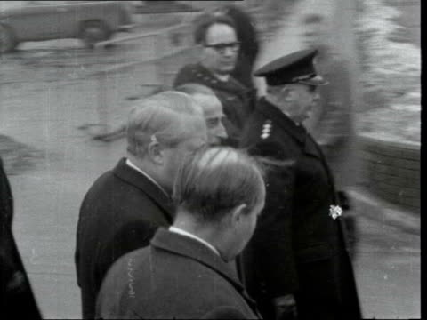 common market talks break down:; england: london: lap : mr edward heath and other along ditto - past to - エドワード ヒース点の映像素材/bロール