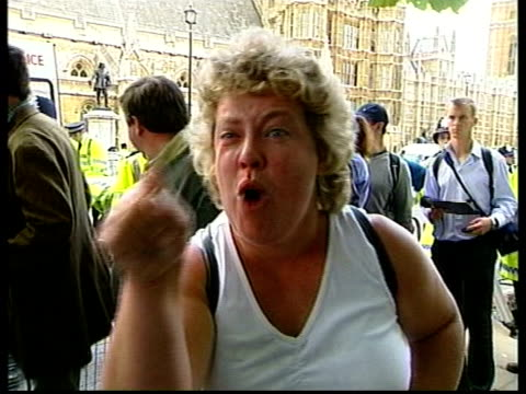 vídeos de stock e filmes b-roll de commons likely to invoke parliament act implications itn lib tx 1592004 england london police clashing with prohunt demonstrators injured man carried... - civil