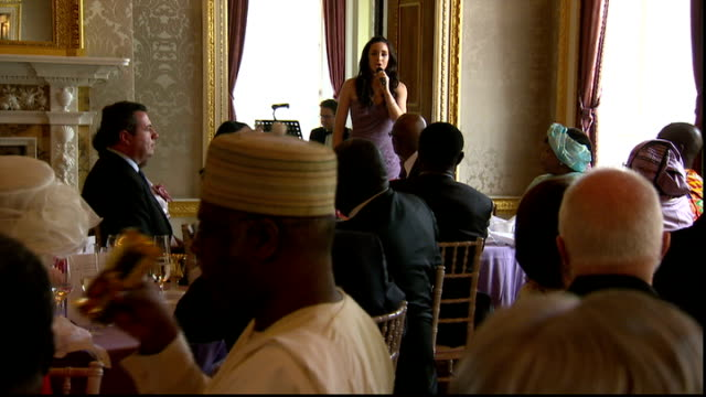 commonwealth diamond jubilee lunch; laura wright singing commonwealth song at lunch sot/ queen listening / guests watching singer / guests applauding - giubileo di diamante video stock e b–roll