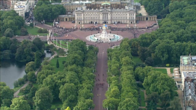vidéos et rushes de commonwealth games baton relay starts air view of hoy along to buckingham palace pull out - par équipe