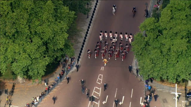 vidéos et rushes de commonwealth games baton relay starts air view of hoy and bagpipe band along - par équipe