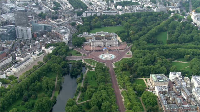 vídeos de stock e filmes b-roll de air views england london ext air views / aerials the mall buckingham palace and st james's palace / crowds outside buckingham palace which has been... - terreno