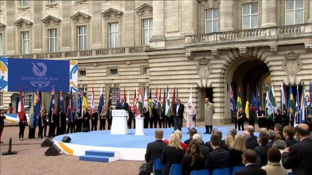 vídeos de stock e filmes b-roll de commonwealth games baton relay starts buckingham palace various of queen elizabeth ii along on stage with prince philip duke of edinburgh princetunku... - prova em equipa