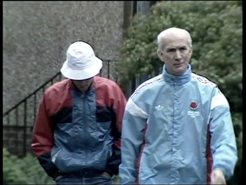 commonwealth games; scotland: edinburgh: coe walking about in village with coach: intvw gordon wright, england team manager: intvw peter elliott, 800... - 800 metre stock videos & royalty-free footage