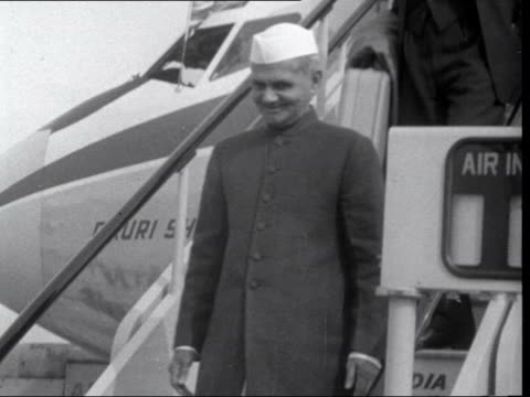 commonwealth prime ministers' conference: arrivals in london; england: london: lap : ext lester pearson along lal bahadur shastri down steps from... - ピーター・スノウ点の映像素材/bロール
