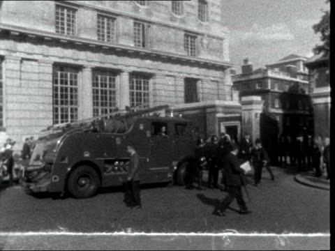 stockvideo's en b-roll-footage met commonwealth prime ministers' conference: second day:; england: london: marlborough house: side tender [fire engine] one tender by kerb side... - itv evening bulletin
