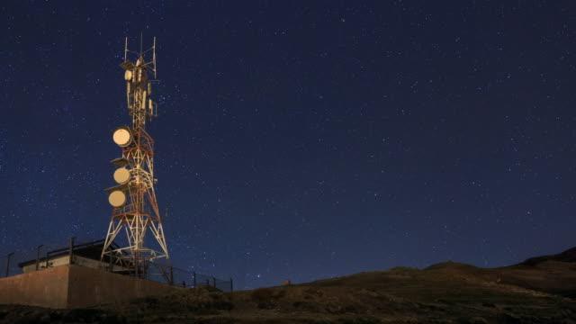 vídeos y material grabado en eventos de stock de communication tower in starry night - torres de telecomunicaciones