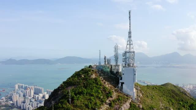 vídeos de stock, filmes e b-roll de torres de comunicação na montanha - ocidentalização