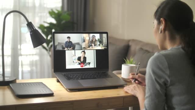 vidéos et rushes de réunion d'appel vidéo de communication sur ordinateur portable - une seule adolescente