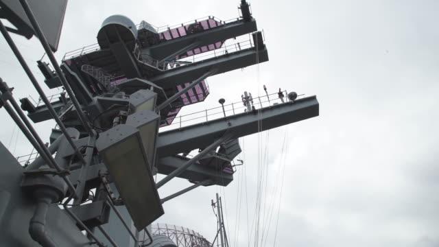 communications tower aboard us navy aircraft carrier, low angle - militära fartyg bildbanksvideor och videomaterial från bakom kulisserna