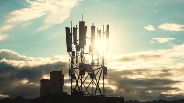 vídeos y material grabado en eventos de stock de torre de comunicaciones 5g al atardecer lapso de tiempo - transmisión