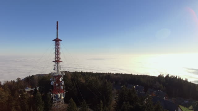 stockvideo's en b-roll-footage met luchtfoto communicatie toren - mast