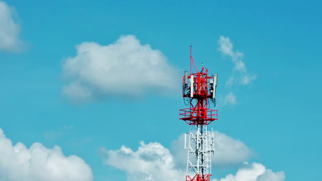 stockvideo's en b-roll-footage met communicatie toren met wolken time-lapse - mast