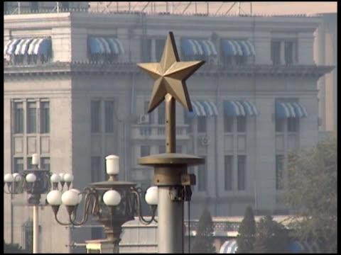 vidéos et rushes de communisme: chinois star au sommet du bâtiment - format vignette