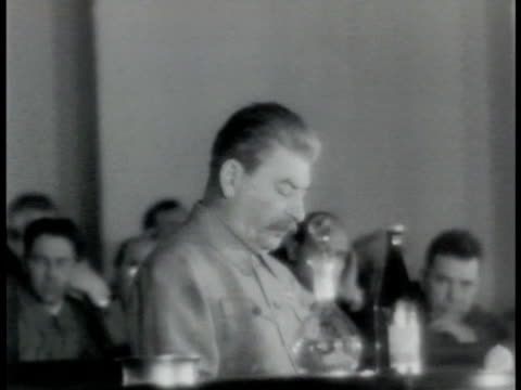 vídeos de stock e filmes b-roll de moscow communist dictator josef stalin speaking calmly to people seated in large meeting hall ws people listening to speech wwii - joseph stalin