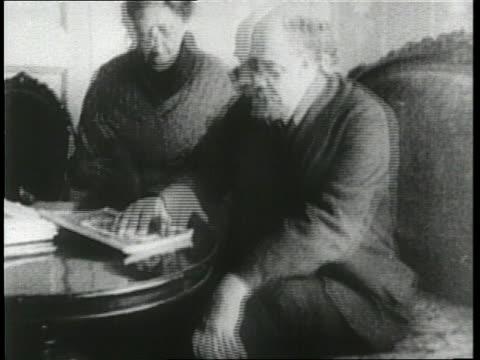 vídeos y material grabado en eventos de stock de communist leader vladimir lenin sits with his wife nadezhda krupskaya and their cat - lenín