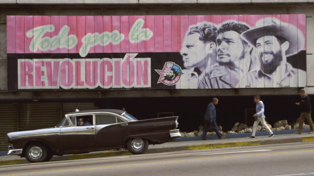 stockvideo's en b-roll-footage met ms a communist propaganda billboard in central havana / havana, cuba - communisme