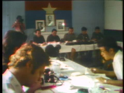 vidéos et rushes de communist representatives hold a press conference in saigon. - communisme