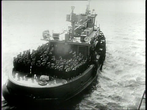 / communist sailors leave american ship / russian crew departs to odessa / russian sailors avoid saluting us flag as they depart / uss milwaukee to... - vermeidung stock-videos und b-roll-filmmaterial